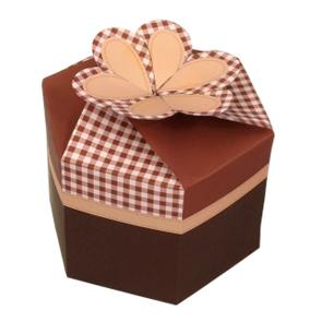 Papercraft de una caja de regalo marrón. Manualidades a Raudales.