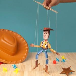 Papercraft imprimible y armable de la marioneta de Woody de Disney. Manualidades a Raudales.