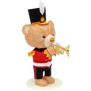 Papercraft de un mini osito teddy con trompeta. Manualidades a Raudales.