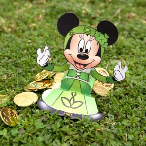 St Patricks - Minnie sentada.