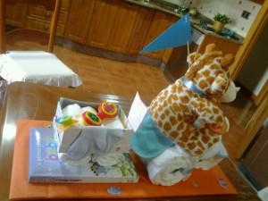 Triciclo con jirafa de peluche con pañales. Manualidades a Raudales.