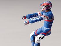 Papercraft imprimible y armable del piloto de la motocicleta Yamaha XTZ850R. Manualidades a Raudales.