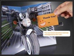 Tarjeta desplegable de una Motocicleta circulando por la avenida. Manualidades a Raudales.
