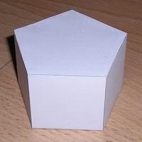 Papercraft de un prisma recto pentagonal. Manualidades a Raudales.